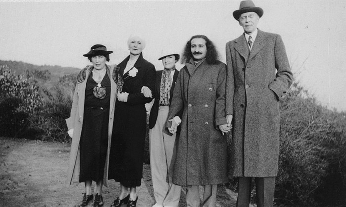 Lord Meher ; ( L-R ) Nadine Tolstoy ?, Norina Matchabelli, Mercedes D'Acosta, Meher Baba and William Hurlbut