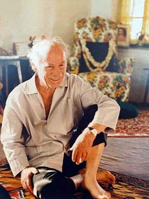 1970s : Francis at Mandali Hall, Meherazad, India.