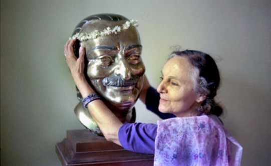 1977, Meherabad ; Mehera with Baba's bust - photo by David Fenster