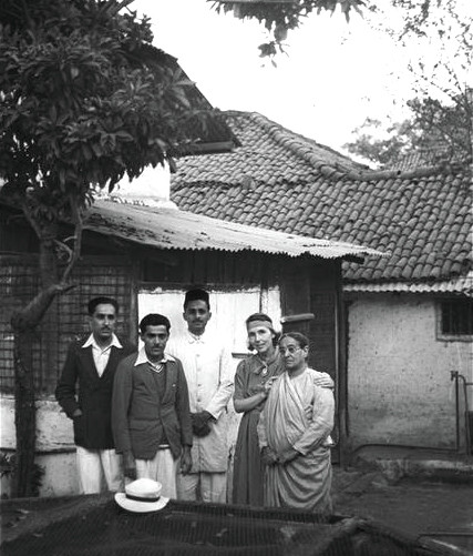 ( L-R ) Rustim & Jal Irani,Pleader, Hedi Mertens & Shireen Irani at Baba's House in Poona,India. Courtesy of MN Collection.