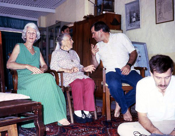 Judith and Kitty are joined by Steve Edelman, Jack Small in front in Mandili Hall, Meherazad, India _ Courtesy of Anne Giles