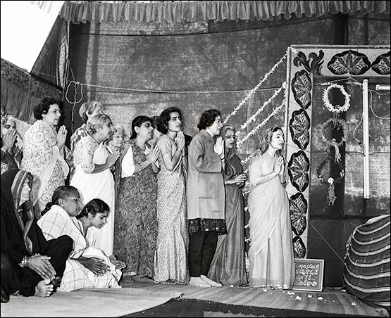 "1970 : 1st Amartithi, the women are singing Baba's arti ""Bujawe Naar Jallatani"" otherwise known as  the ""Gujerati Arti"""