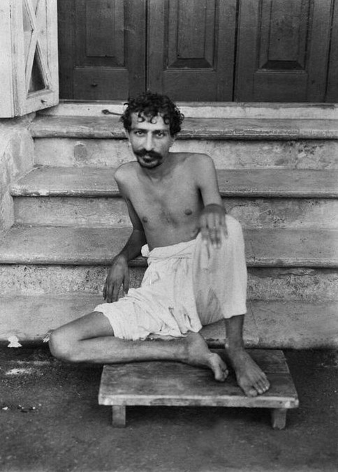 1922 ; On the steps of Manzil-e-Meem, Bombay, India