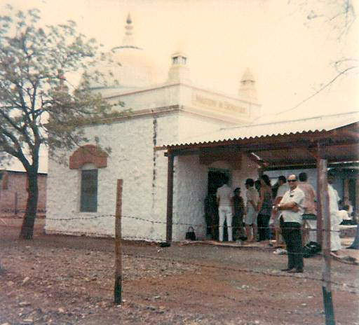 India : Great Darshan in June, 1969 - Rustom Dadachanji in foreground - Photo by Sam Ervin