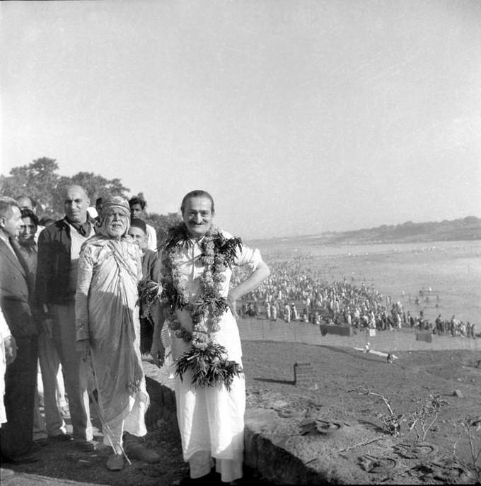 Baba giving a Mass Darshan at Pandhapur, 1954