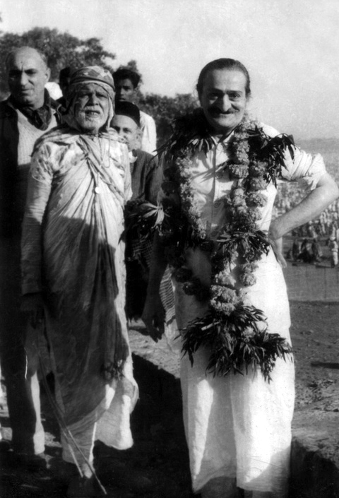 7th November 1954 : Meher Baba at theChandrabhaga River in Pandharpur early morning, wth ( front L-R ) Sarosh Irani, Saint Gadge Maharaj & Gustadji Hansotia  behind Baba. Close up image. Photo taken by B. Panday.
