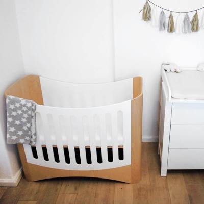 Babyzimmer mit Gitterbett aus Holz