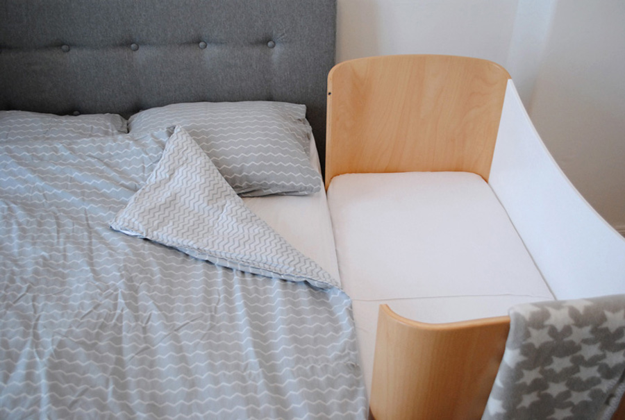Stillbett, Beistellbett aus Holz am Elternbett für Babys