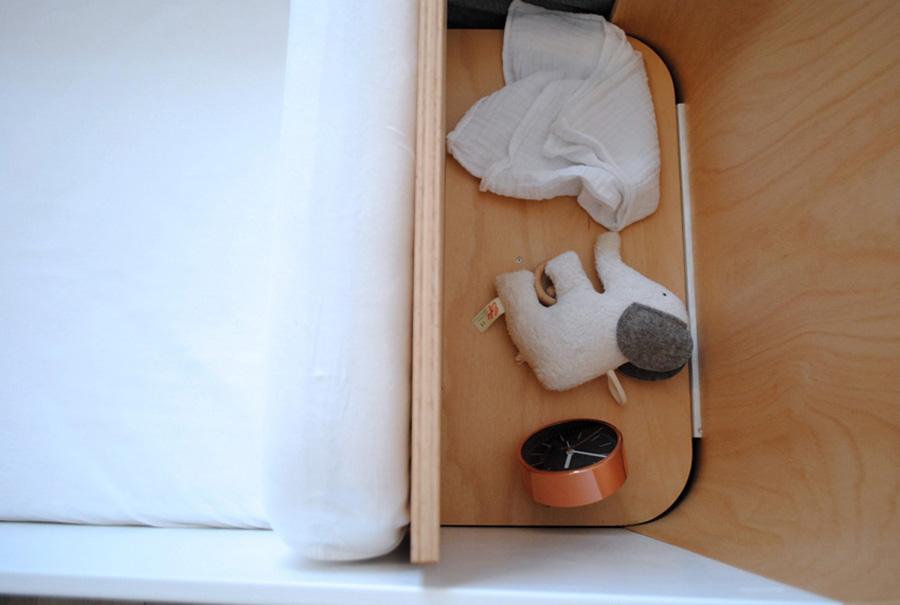 Beistellbett aus Holz mit integriertem Nachttisch