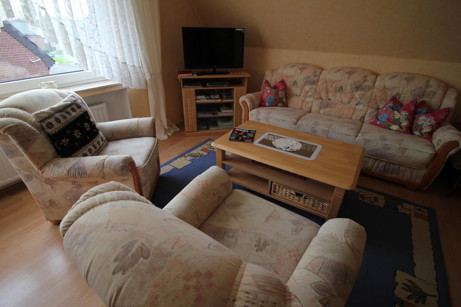 Wohnküche mit Satelliten-TV
