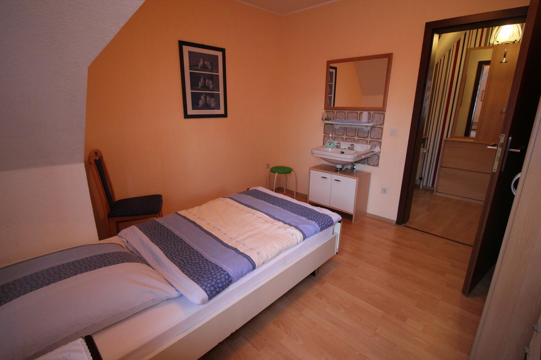 Einzelzimmer mit Waschbecken