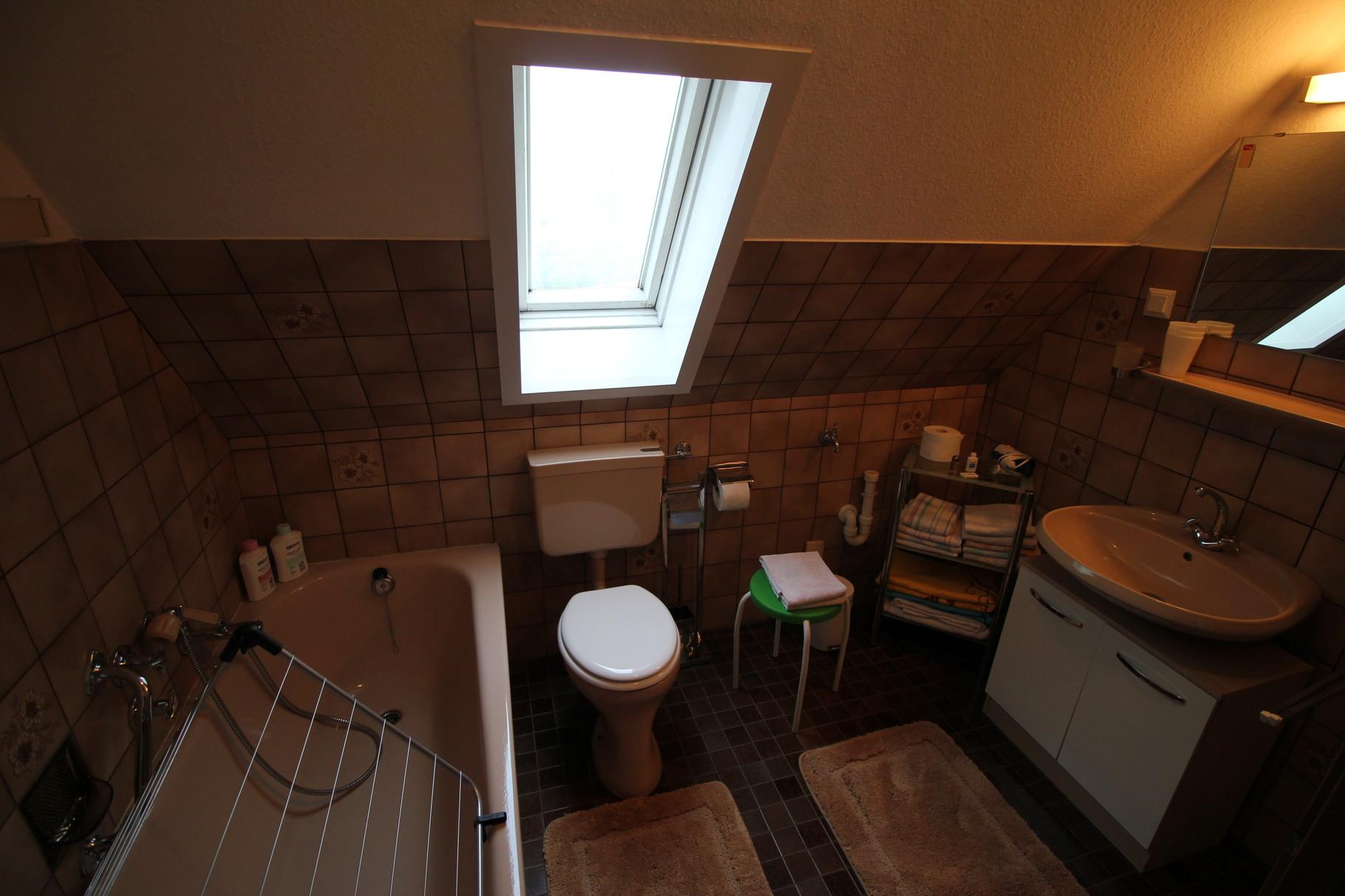 Badezimmer mit Dusche, Badewanne, WC, Waschbecken