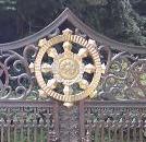 群馬県水上町釈迦の霊泉 霊感で神水の結晶を転写し門扉に飾っている