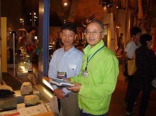 自然史博物館で解説ボランティア活動。平滑花崗岩ミロナイト展示前で解説
