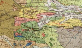 地質図で+赤範囲が平滑花崗岩、中央横断が国道254号線