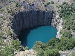 南ア、キンバリーダイヤモンド鉱山 隕石落下形状ではないでしょうか?