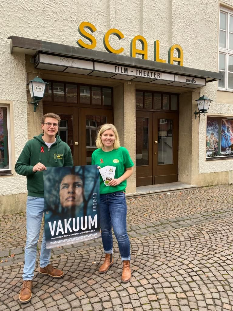SCALA-Betreiber Johannes Austermann und Brückenbauerin Anna Löhrs laden anlässlich des Welt-Aids-Tages ins Kino