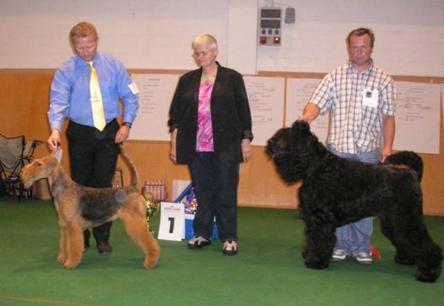 Best in Show, der Airedale Terrier mit der Richterin Frau Freerksen und dem 2.Best in Show, der Schwarze Terrier