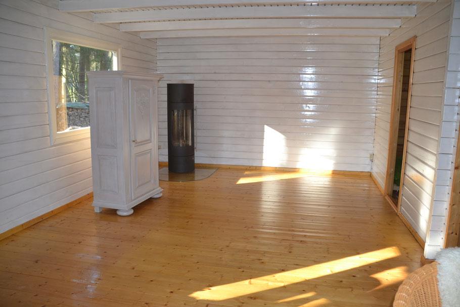 Frische Farbe an den Wänden und größere Fenster machen es auch innen freundlich.