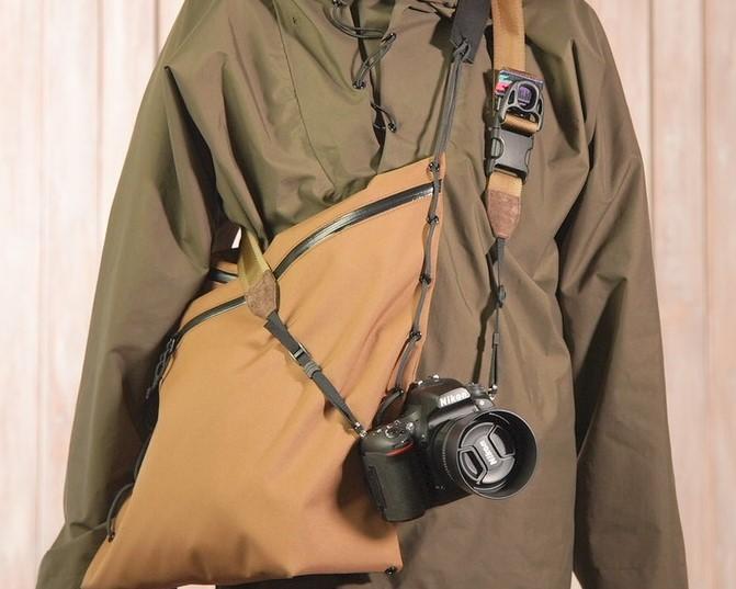 コヨーテブラウンのカメラバッグ