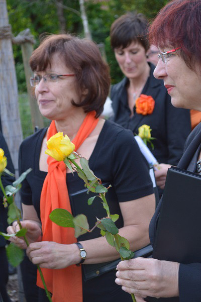 eine gelbe duftende Rose als Dankeschön von den Bewohnern für die SängerInnen ...
