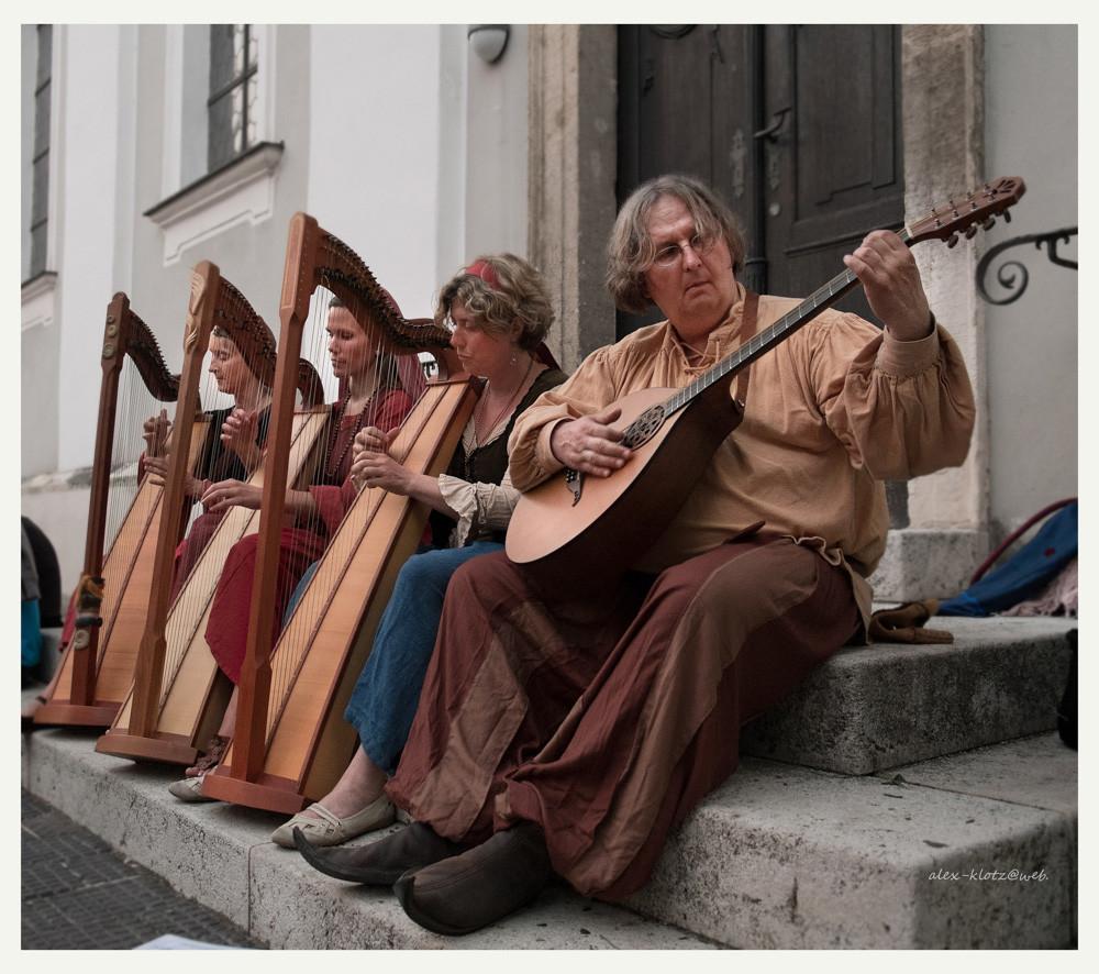 Drei Harfen und eine Bouzouki ...
