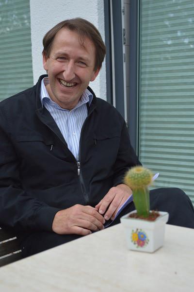 """Herzliche Einladung durch den Leiter der Einrichtung, Manfred Rehm ... hier mit """"kleinem grünen Kaktus"""""""
