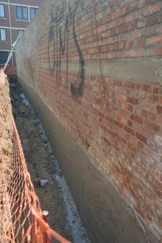 La tranchée creusée le long du mur