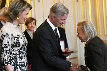 Pour son action sociale dans le quartier des Marolles, Monica Nève reçoit la décoration de Commandeur de l'Ordre de la Couronne des mains du Roi Philippe en novembre 2016