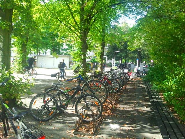 Fahrradständer vor der Schule auf dem Außenhof