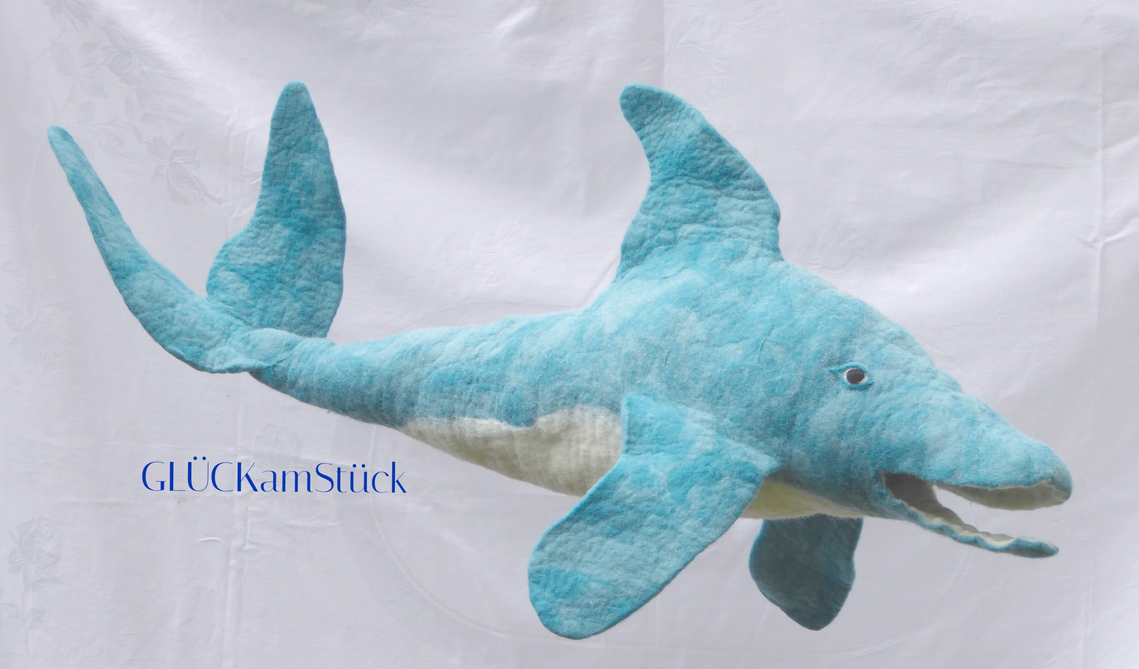 Eine Schultüte muß nicht immer eine spitze Zuckertüte sein. Ein Delfin ist zur Einschulung ein origineller Begleiter, der auch danach noch lange Freude macht. Ich filze Ihnen gerne diese Schultüte.