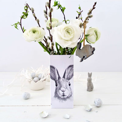 Vase mit Osterhasen Motiv gefüllt mit weissen Ranunkeln gebastelt aus einer Milchtüte