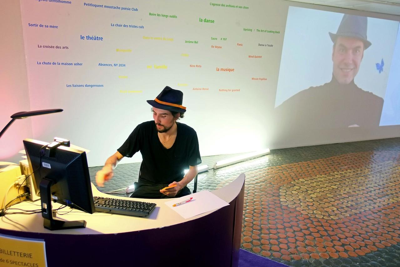 Entracte, soirée de présentation de la saison 2012 / 2013, Adrien accueil du public