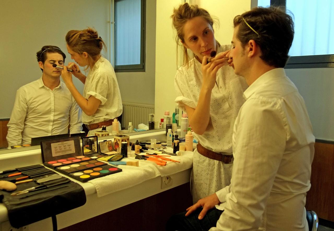 Entracte, soirée de présentation de la saison 2012 / 2013,  Guillaune Clémencin, comédien; Clémence Blaise maquilleuse, loges avant la représentation, samedi 2 juin 2012