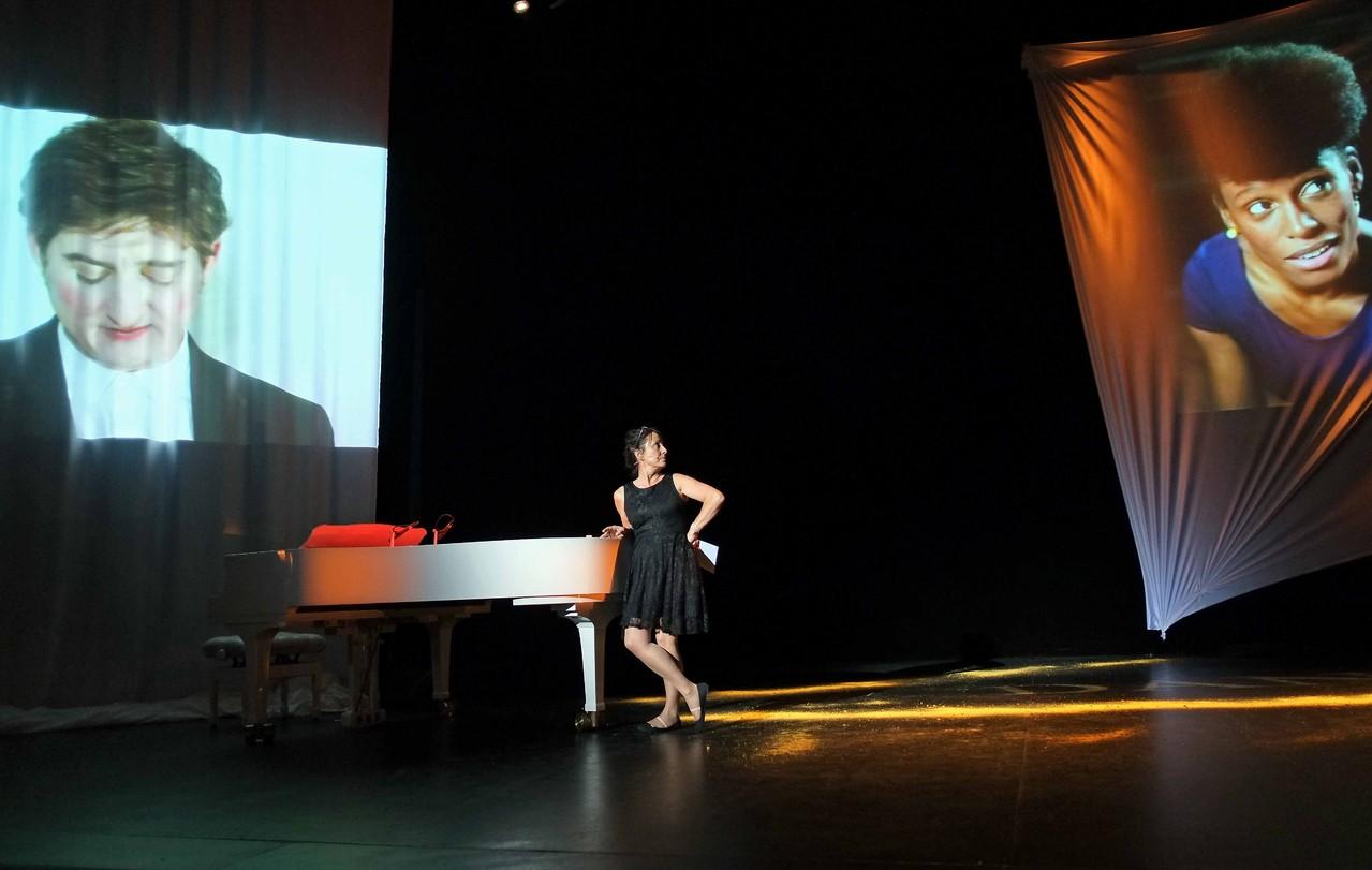 Entracte, soirée de présentation de la saison 2012 / 2013, Sabine Cossin, directrice du Prisme, balances avant la représentation