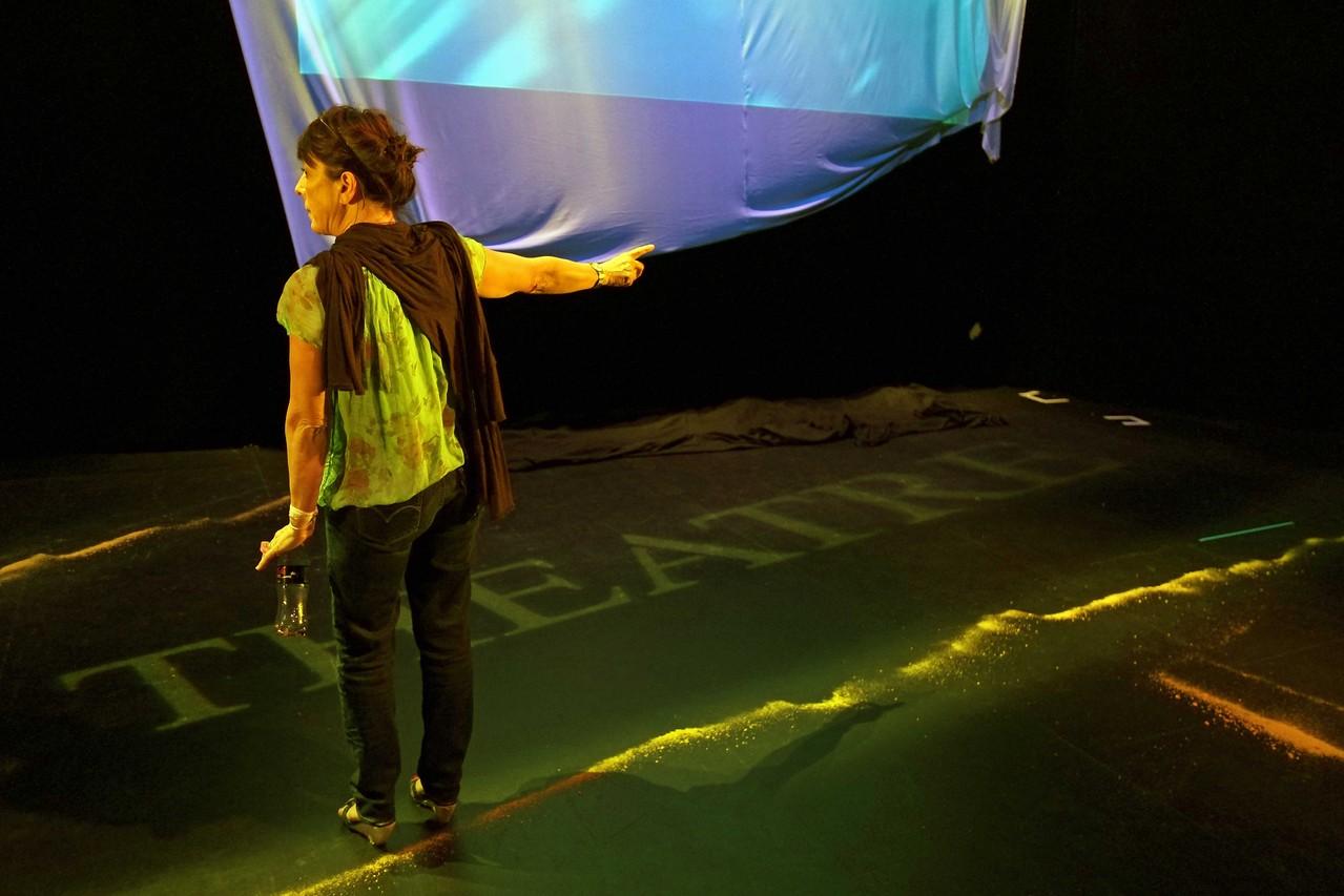Entracte, soirée de présentation de la saison 2012 / 2013; Sabine Cossin, directrice du Prisme, balances avant la représentation