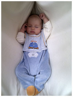 Baby schlafend in der Baby-Haengematte
