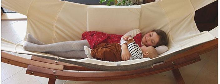Kinder in der Babyhaengematte liegend