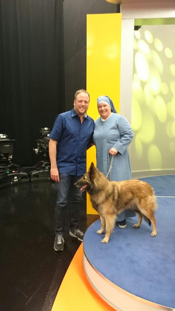 """Nach der Spielrunde in """"Sag die Wahrheit"""" - bei der Smudo leider falsch lag, ein Ehrenfoto mit Smudo und dem Hundeteam."""