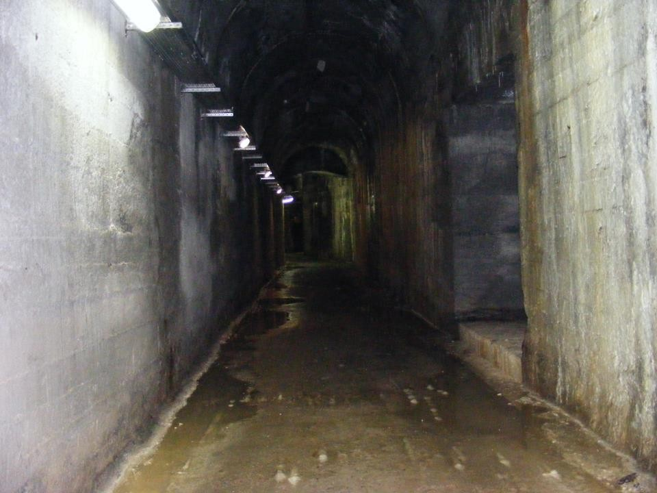 Galleria Caproni. Torbole. Usata come fabbrica di armi segrete da Hitler nel 1944/45 La bocca di mina, che serviva per fare saltare in aria la fabbrica in grotta in caso di attacco nemico, trasformata in piccola cappella...