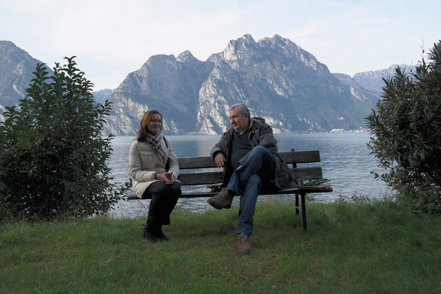 Olga con il regista Mauro Vittorio Quattrina con losfondo del Lago di Garda
