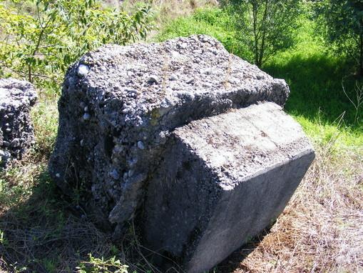 Uno dei 16 piloncini di basamento in cemento che reggevano la struttura metallica della rampa di lancio delle V-1, le buzz bomba a reazione, arma segreta di Hitler, ritrovate a Ghedi (Bs)