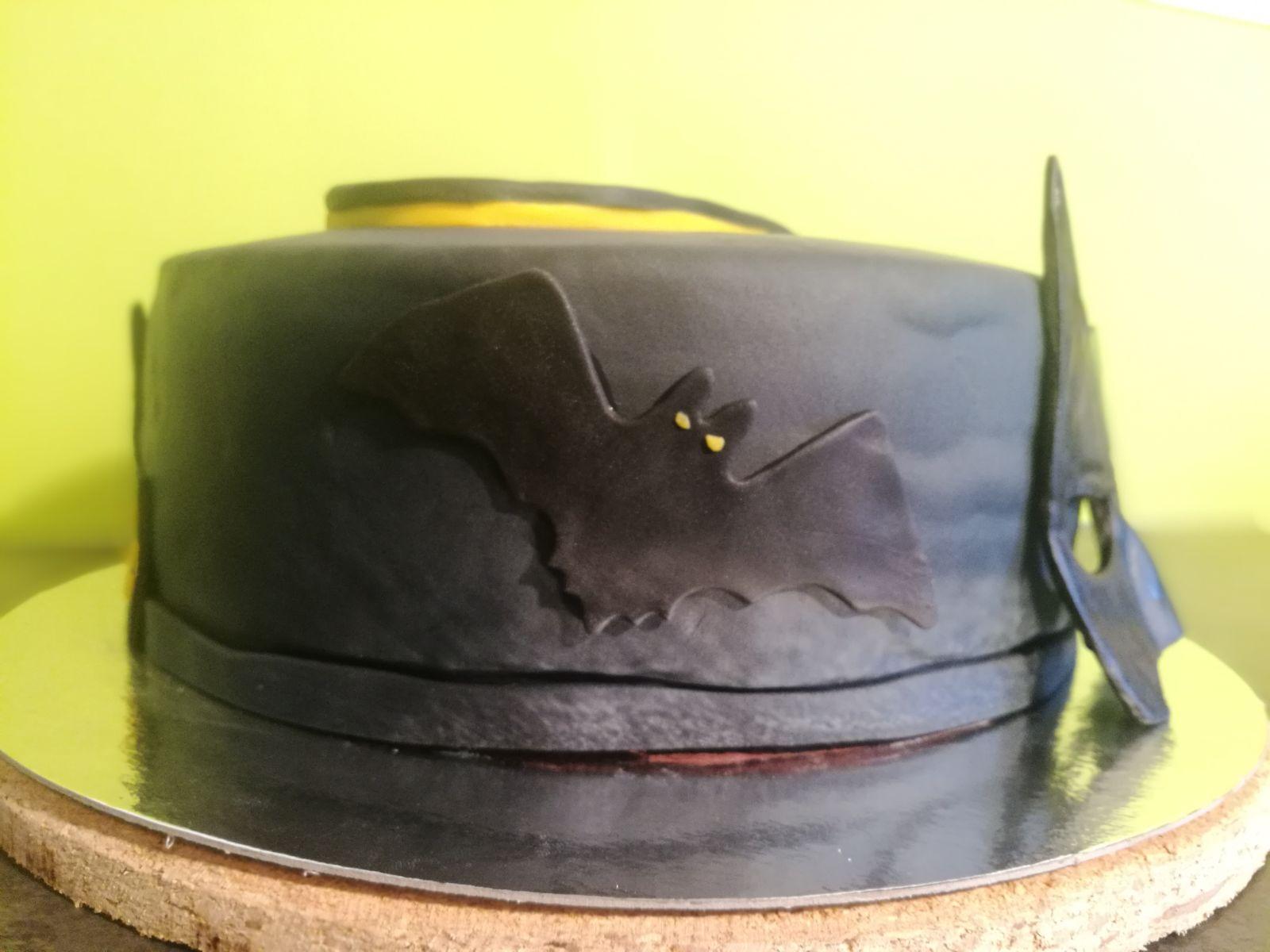 Batman-Torte: Schokoladenbiskuit mit weisser Schokoladenfüllung