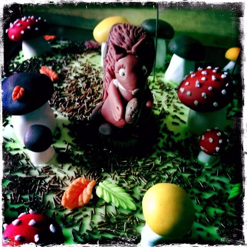 Fondant-Torte (Zitronenbisquit mit Buttercremefüllung)