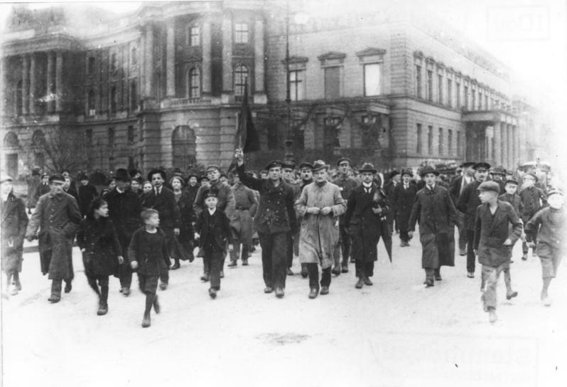 Novemberrevolution: Demonstration in Berlin Unter den Linden am 9. November 1918.