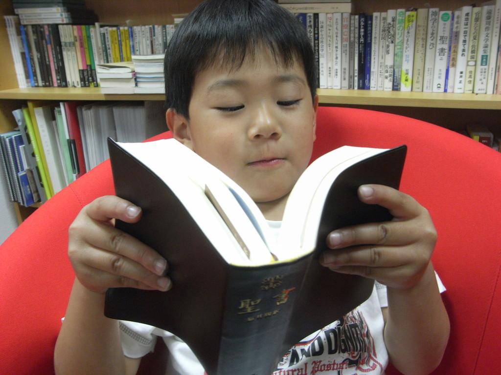 Trinity3階で聖書を読む子ども。