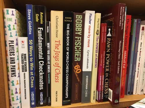 """""""Joys of Chess"""" direkt neben André Schulz und Bobby Fischer in der Schachabteilung von Chaucer's Bookstore in Santa Barbara Kalifornien"""