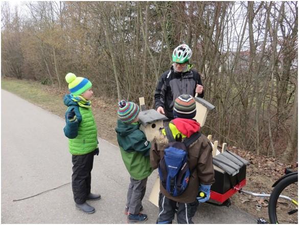 Von der Kindergruppe gebaute Nistkästen werden am Radweg aufgehängt – Foto: NABU-Östlicher-Schurwald
