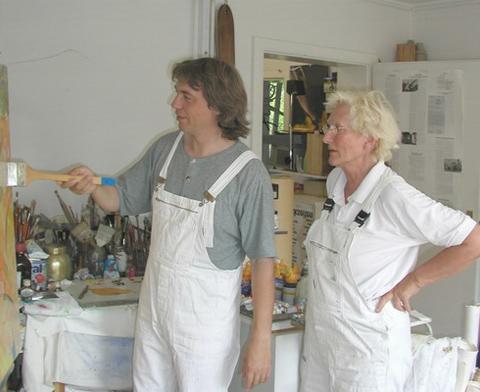 Die Dozenten nebeneinander im Atelier an der Staffelei, beim bearbeiten/malen am Bildträger.