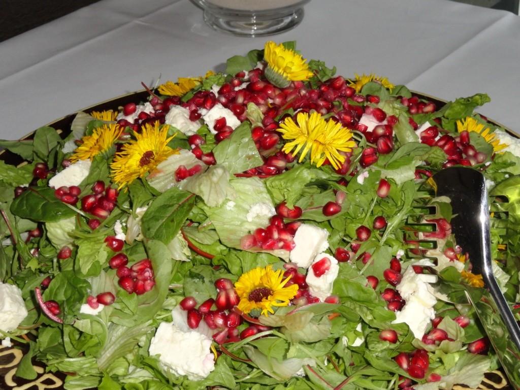 Knackiger Salat mit Granatapfelkernen, Schafskäse und fruchtigem Balsamico-Dressing....